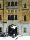 Schattiges Plätzchen: Beim Warten auf die Führung durch das Schloss bietet der Torbogen eines der wenigen schattigen Plätze