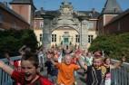 © Ferienzentrum Schloss Dankern, Kinder vor dem Schloss